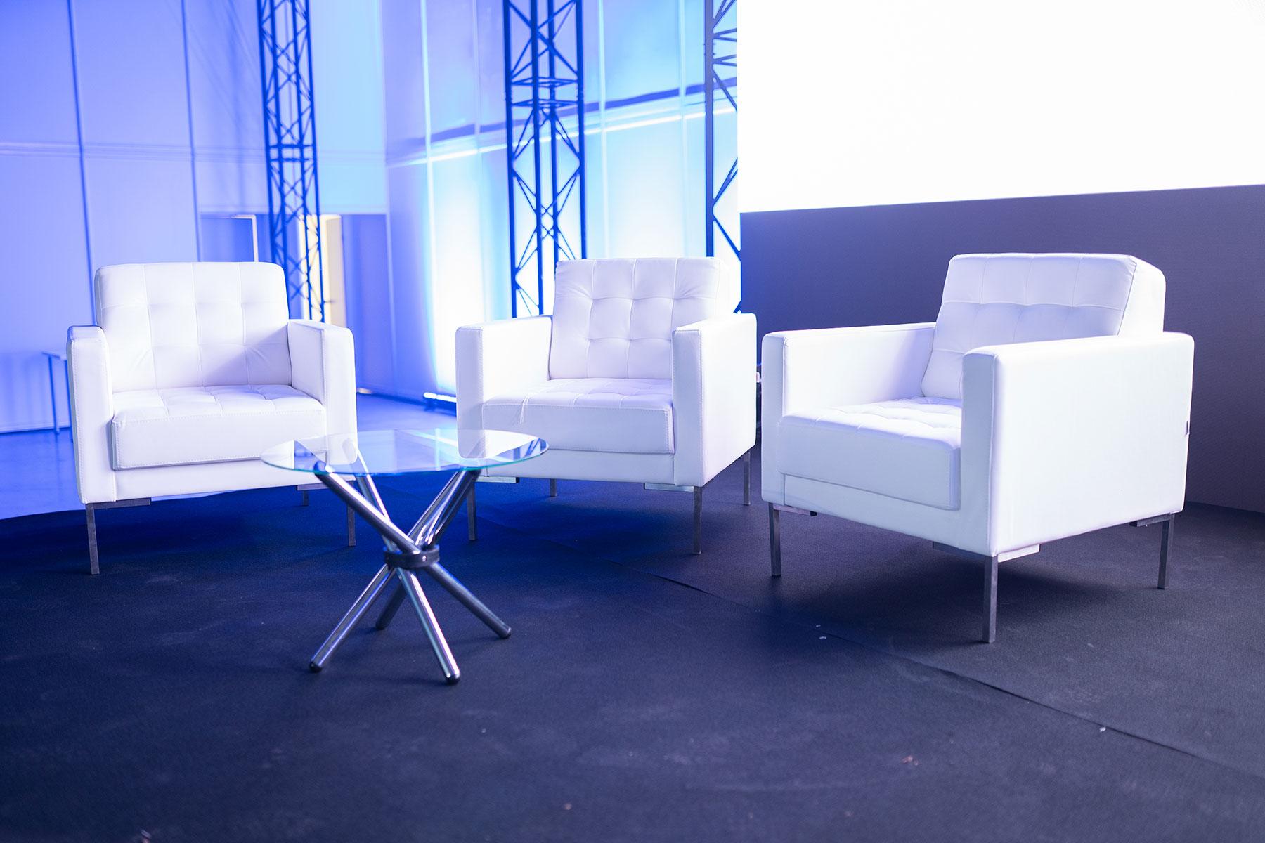 Кожаные кресла на выставке