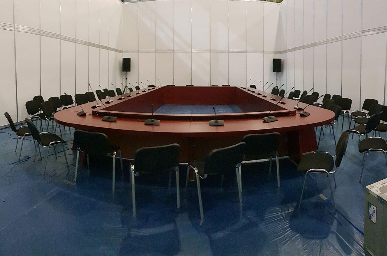 Стол для переговоров на конференции