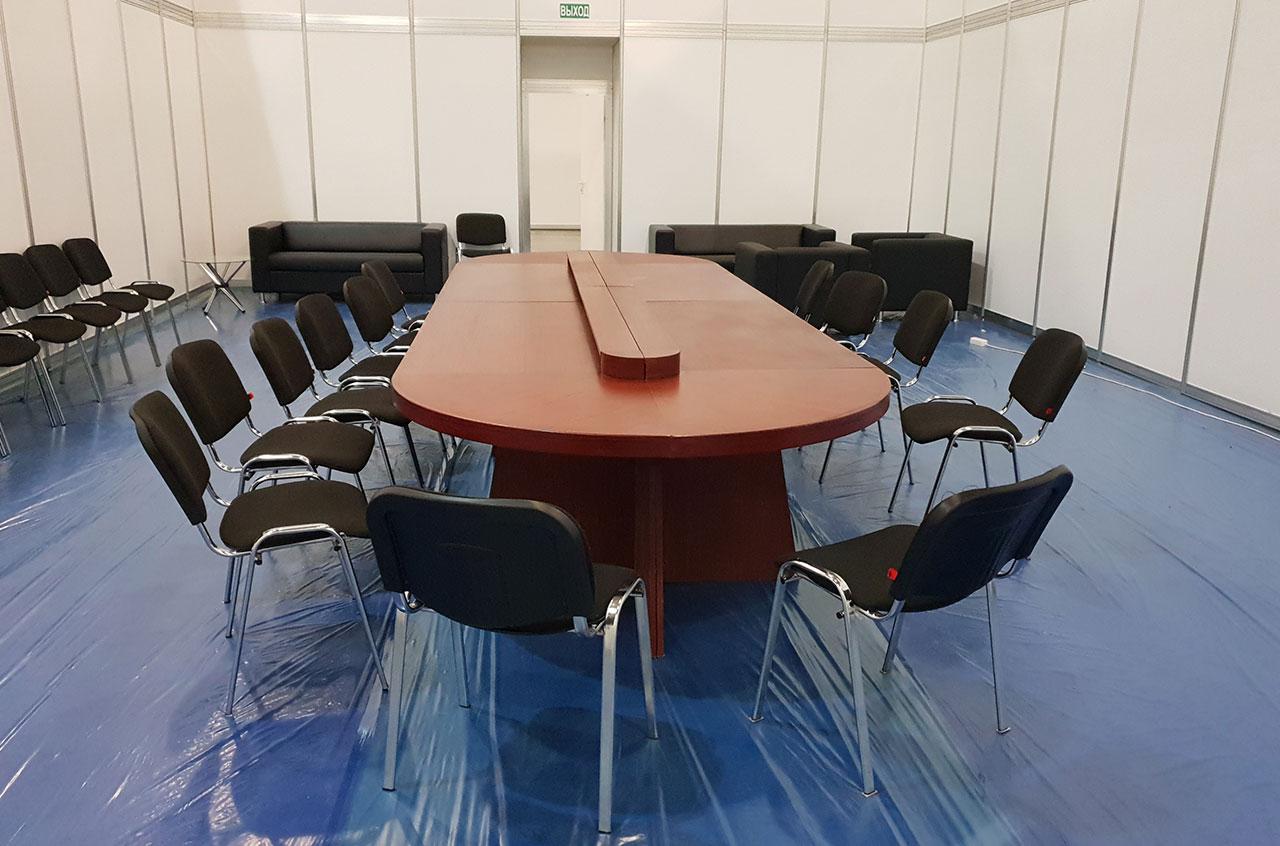 Переговорный стол на совещании